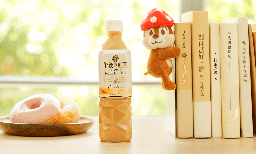 超Q奇奇玩偶抱在書架上,陪你一起閱讀度過午茶時光。