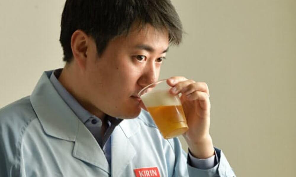 一張含有 個人, 牆, 飲料, 喝 的圖片自動產生的描述